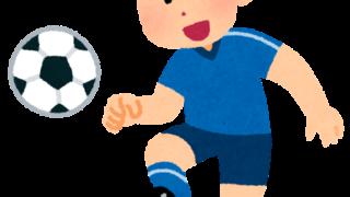 パスするサッカー選手