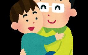 子どもを抱っこするお父さん