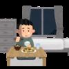 一人暮らしでさびしく食事をする男性