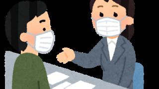 女性スタッフに相談する男性(マスクあり)