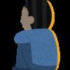 寂しそうに後ろ向きで体育座りをしている男
